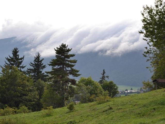 Les nuages coulent sur la montagne